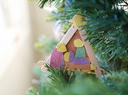 presépio de natal artesanal pendurado na árvore