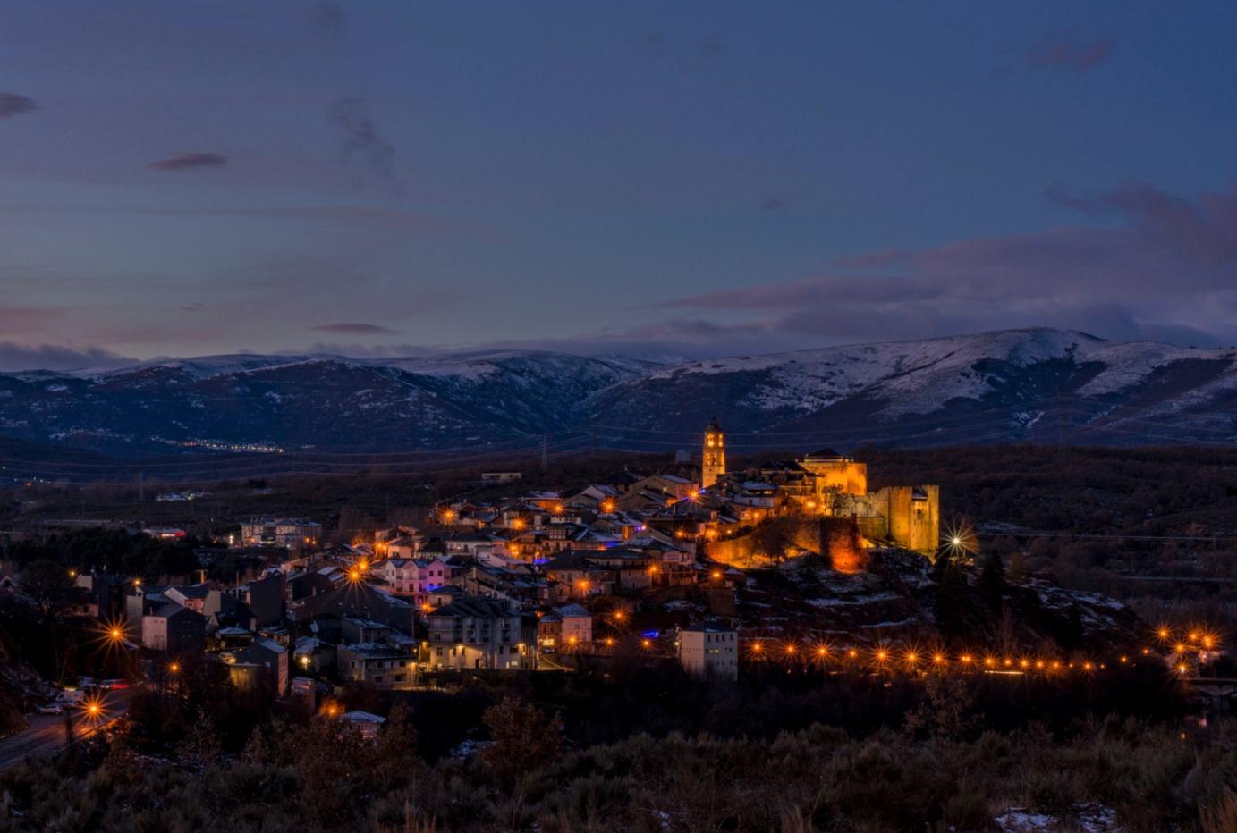 Vista nocturna de Puebla de Sanabria