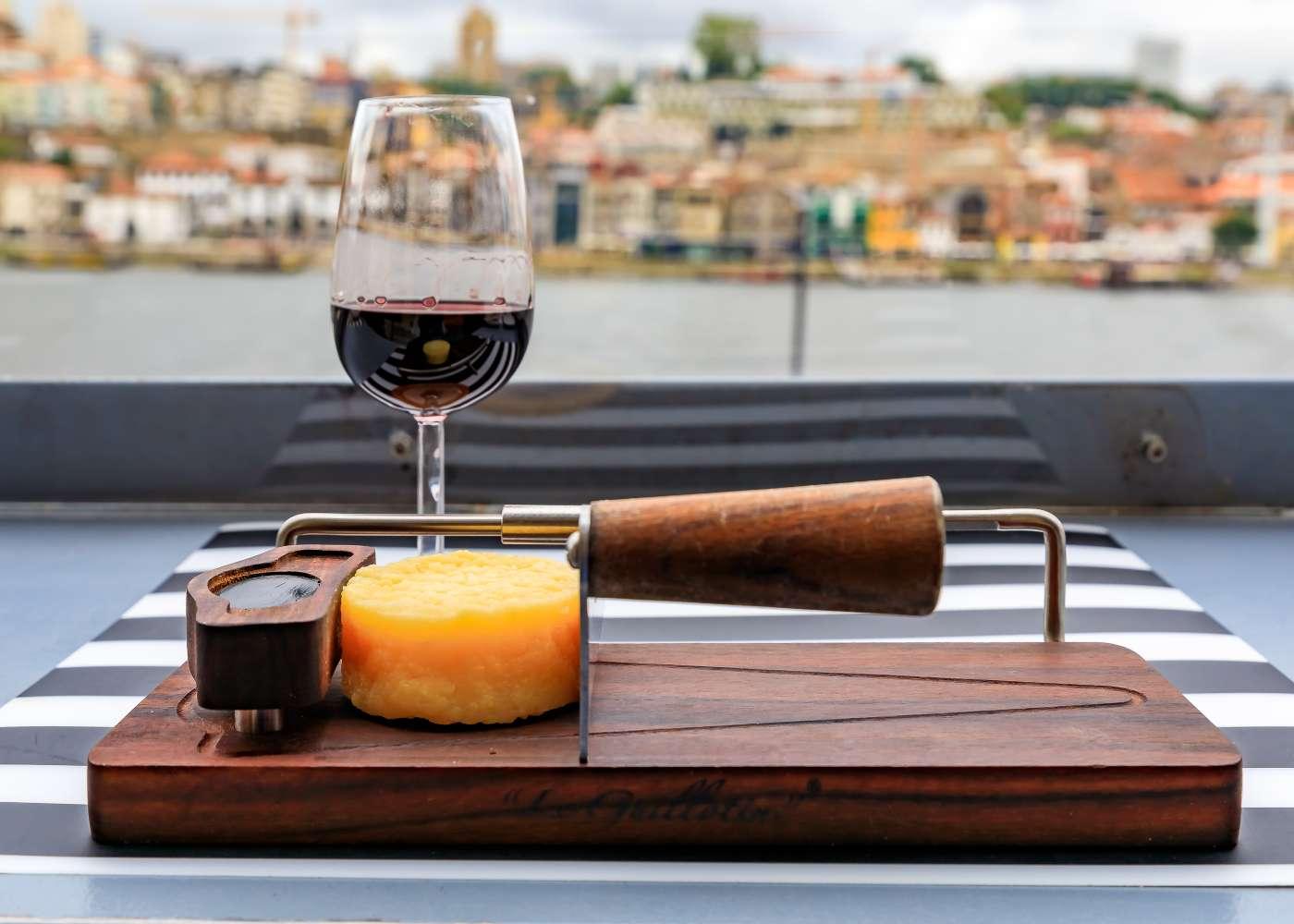 Queijo e vinho em mesa