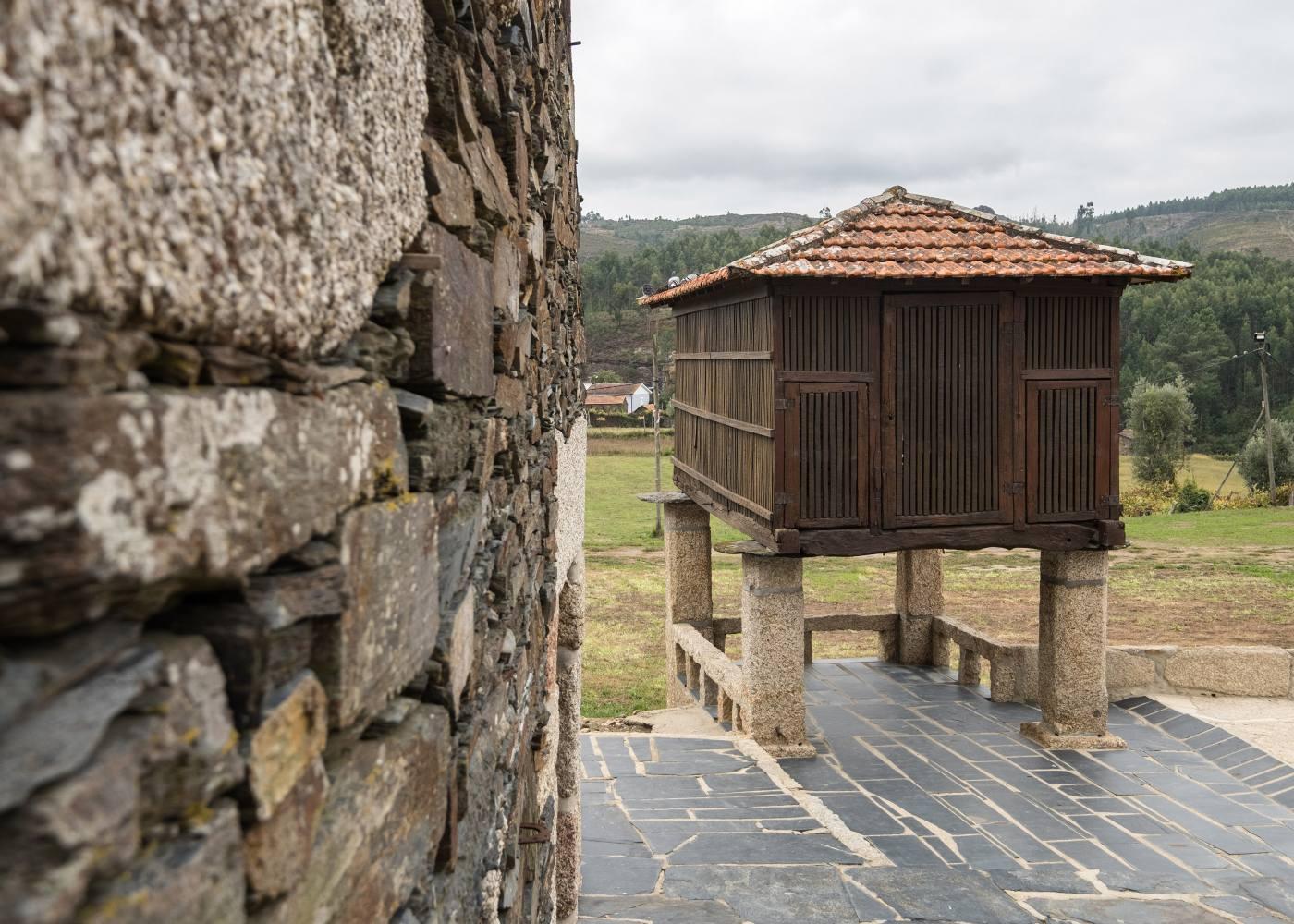 Palheiro na aldeia de Quintandona