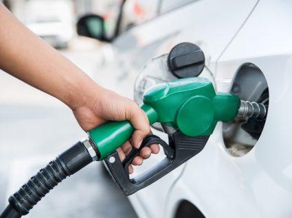 pessoa a pôr combustível e analisar certas coisas que não deve fazer quando abastece o carro