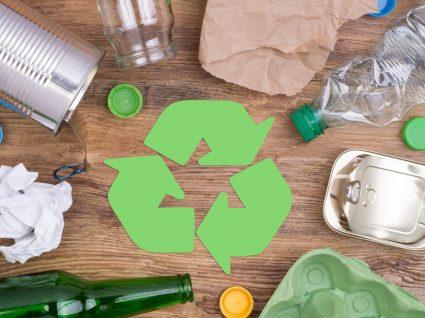 símbolo da reciclagem e itens recicláveis