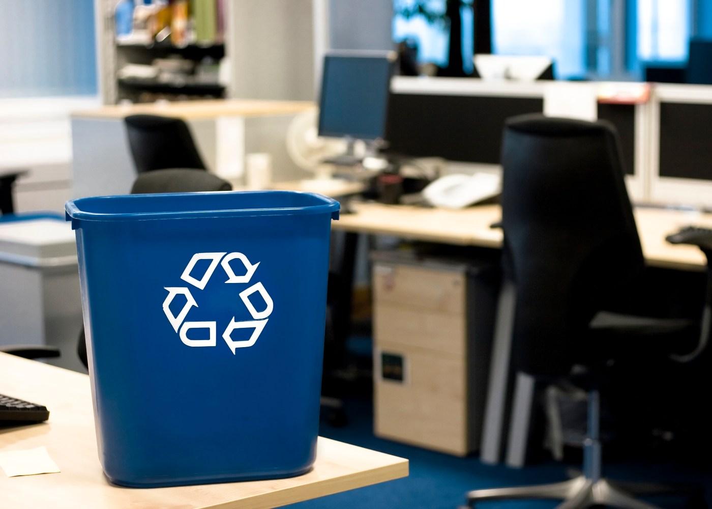 caixote de reciclagem no escritório