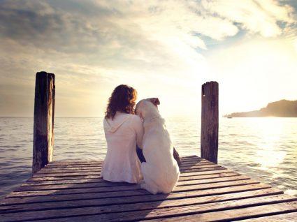Mulher sozinha com o seu cão
