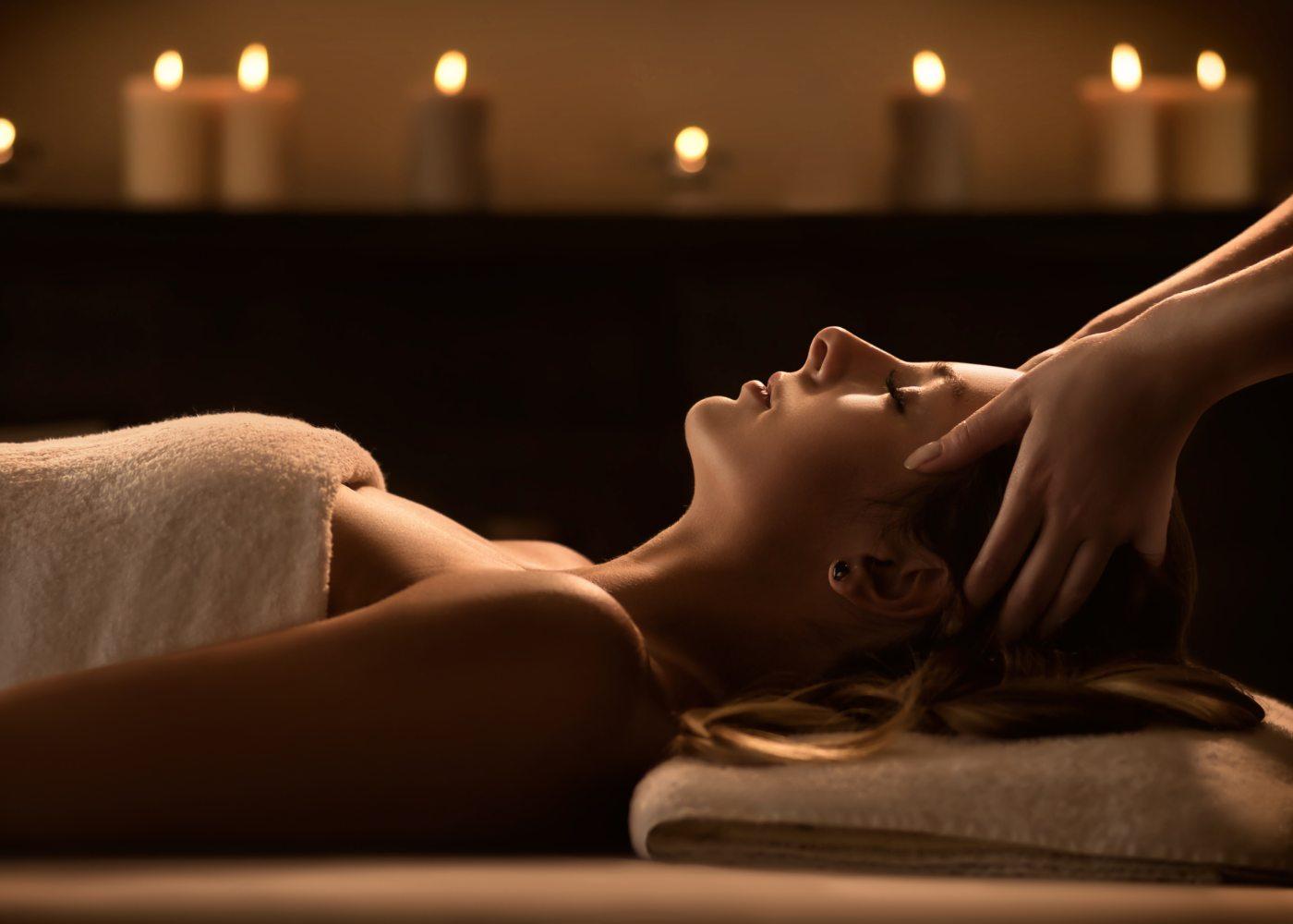 Mulher a relaxar em hotel com spa