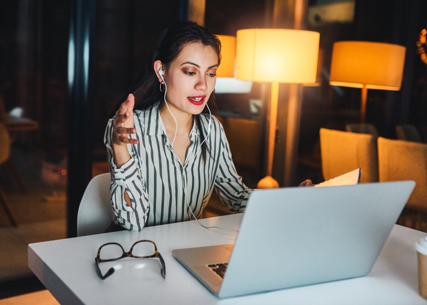 mulher ao computador numa reunião