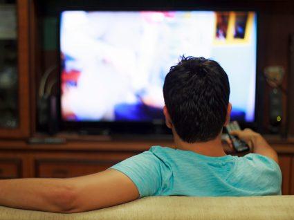homem a ver televisao