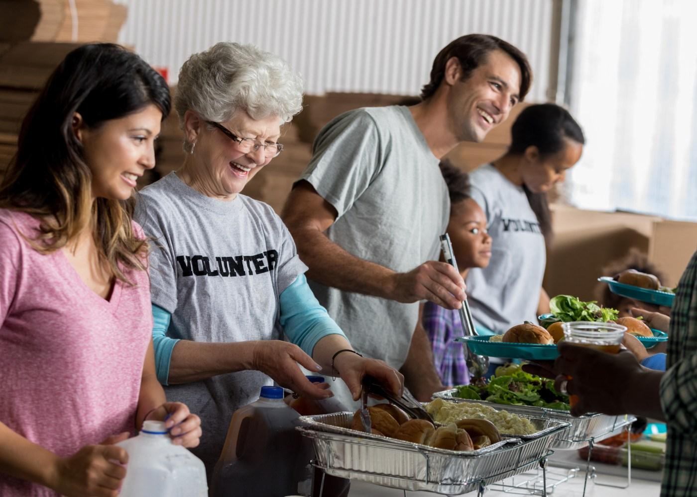 voluntários a servir comida a sem-abrigos