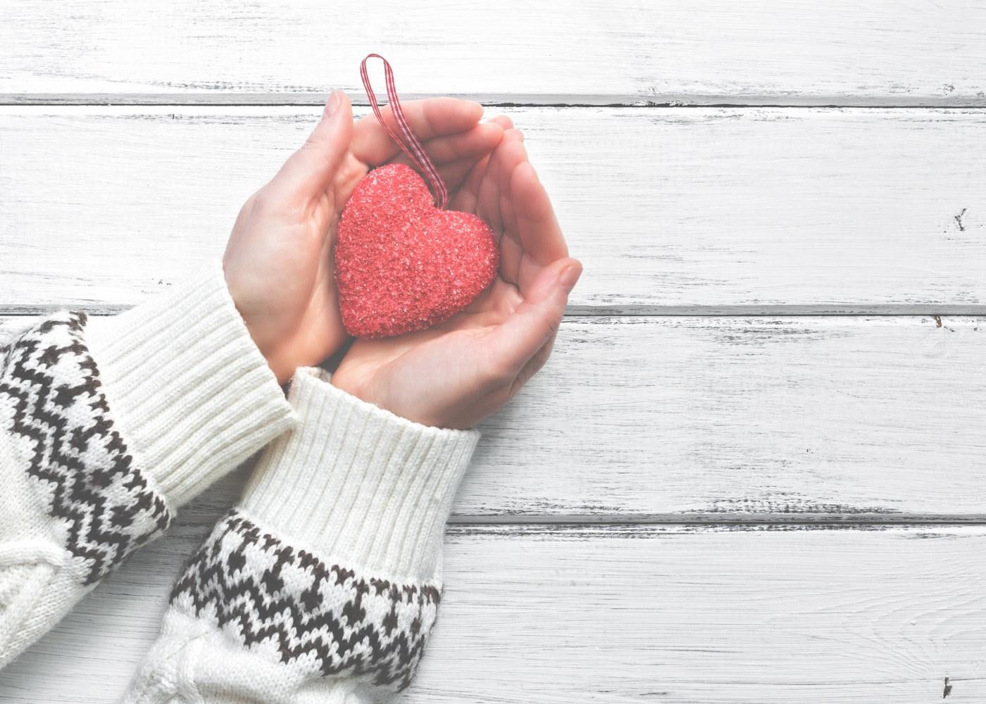 mãos a segurar coração