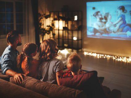 familia assiste televisão no sofá