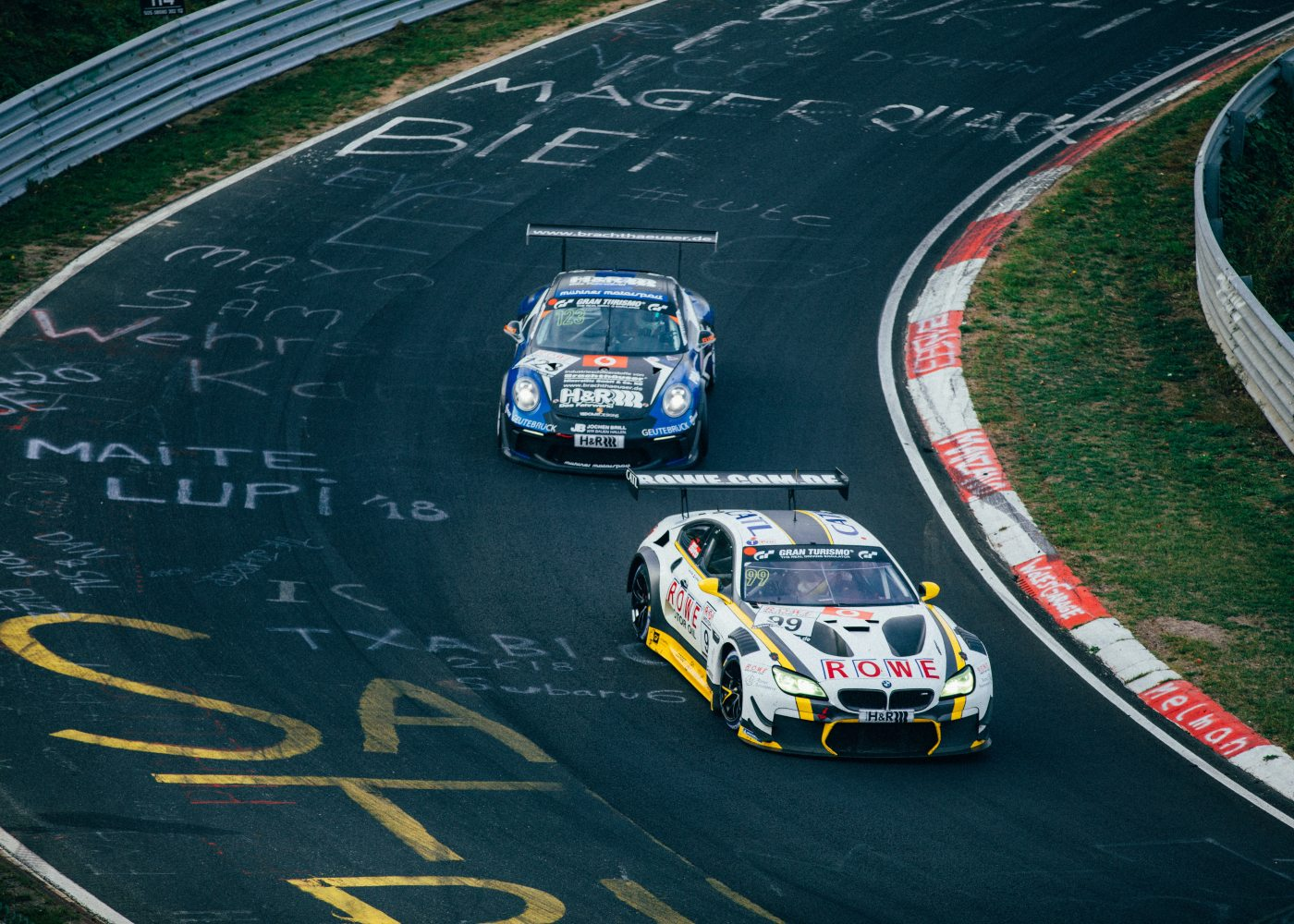 carros de corrida a competir