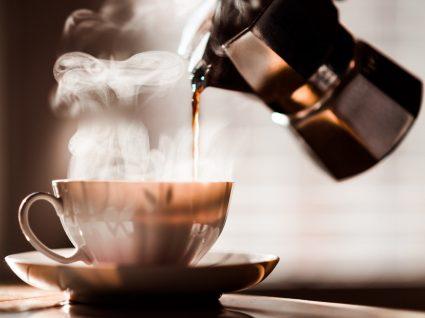 Café solúvel a ser servido