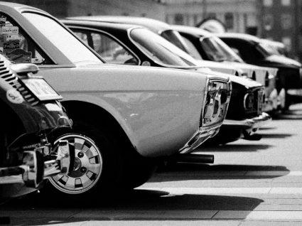 carros antigos baratos e bons estacionados