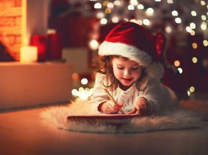 Criança a escrever carta ao pai natal