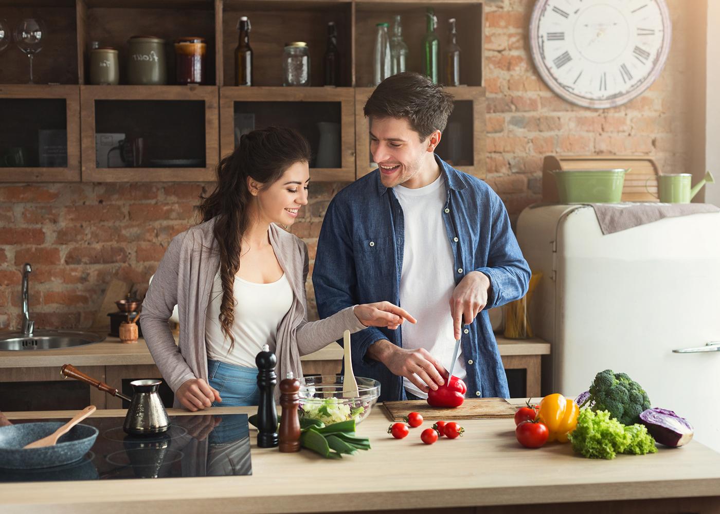 casal a cozinhar