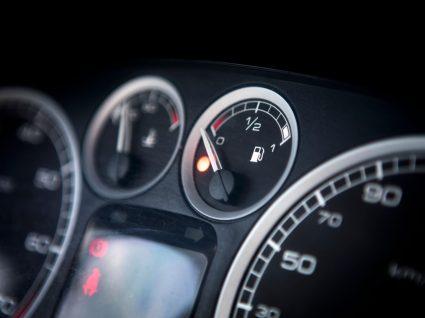 mostrador do nível de combustível com luz para ilustrar coisas que aumentam o consumo de combustível