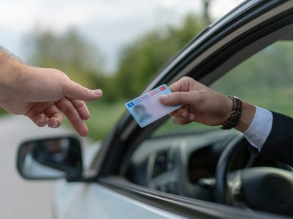 polícia a mostrar ao condutor como consultar pontos da carta de condução