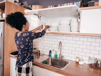 mulher a organizar a cozinha