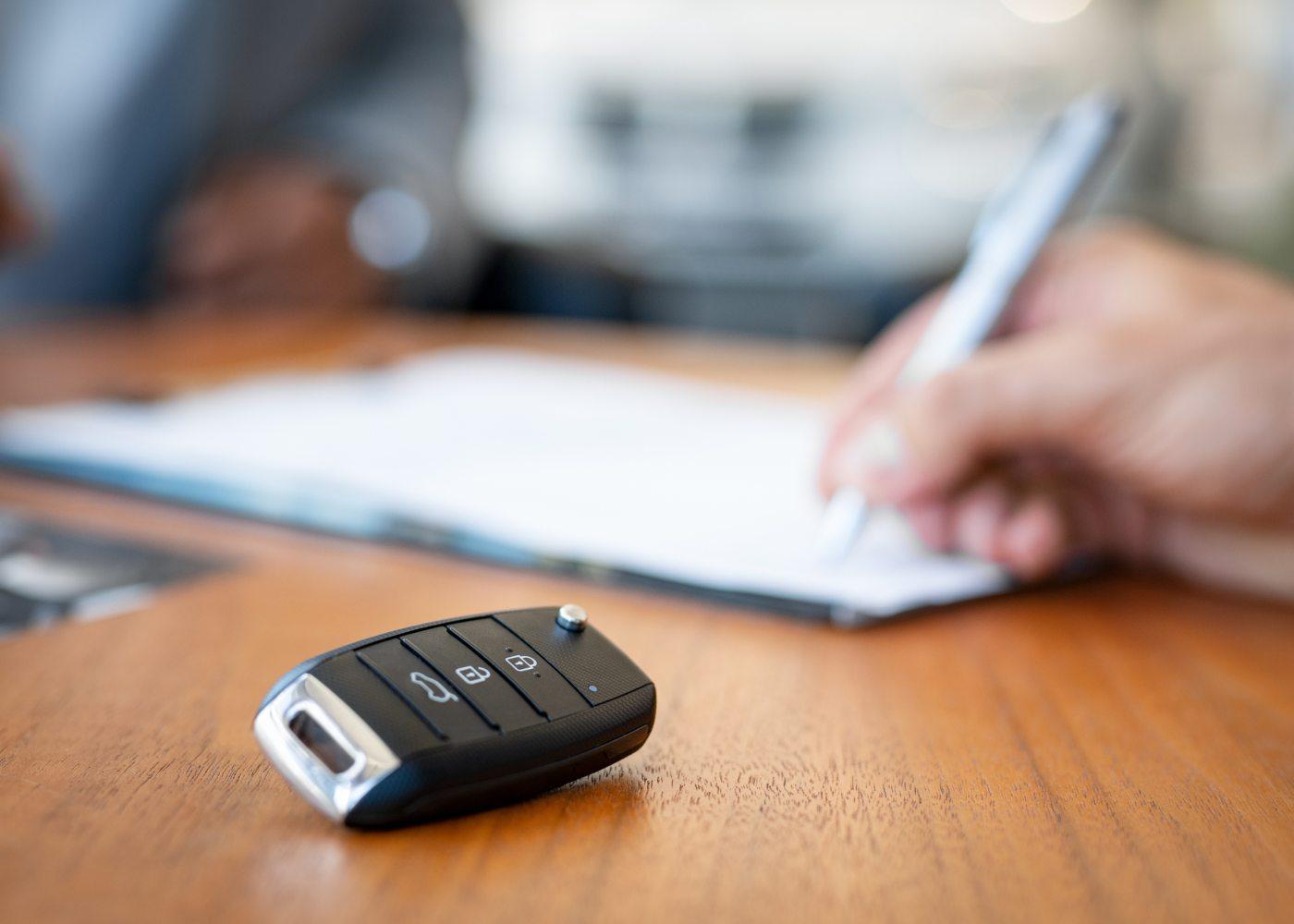 chave de carro em cima da mesa