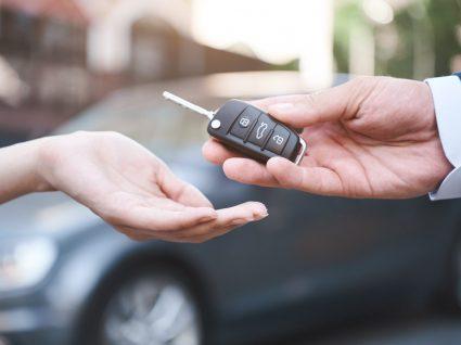 homem a entregar chave de carro a mulher