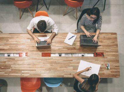 jovens a trabalhar em espaço de coworking