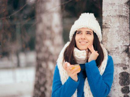 Mulher a cuidar da pele no inverno