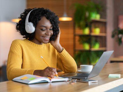 mulher a participar em cursos online com certificado