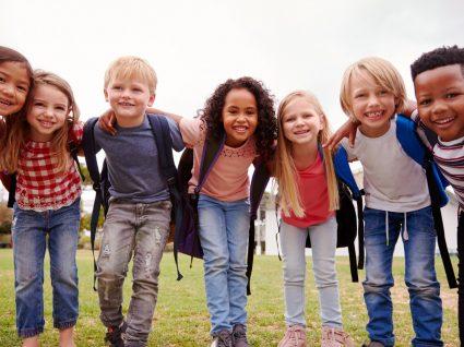 grupo de crianças abraçadas no recreio da escola