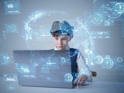 aluno ao computador a representar a escola do futuro