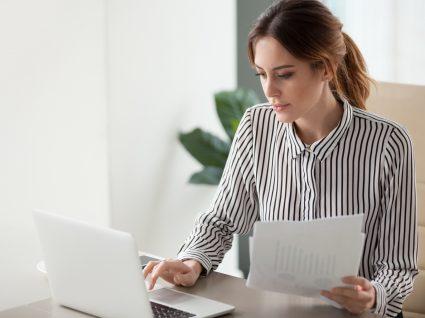 mulher a escrever no computador