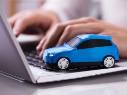 Mulher a fazer contas ao que tem de pagar em impostos com o carro