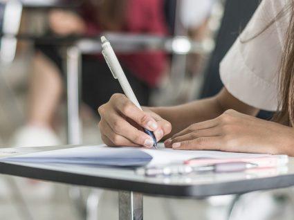 estudante a apontar notas no caderno