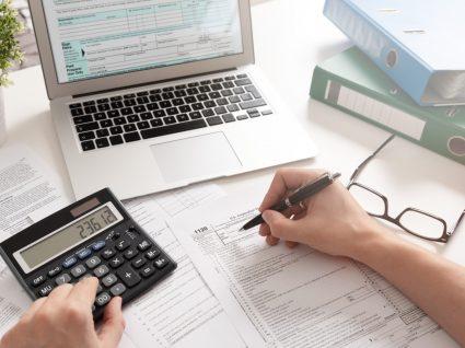Homem a fazer contas ao IVA dedutível