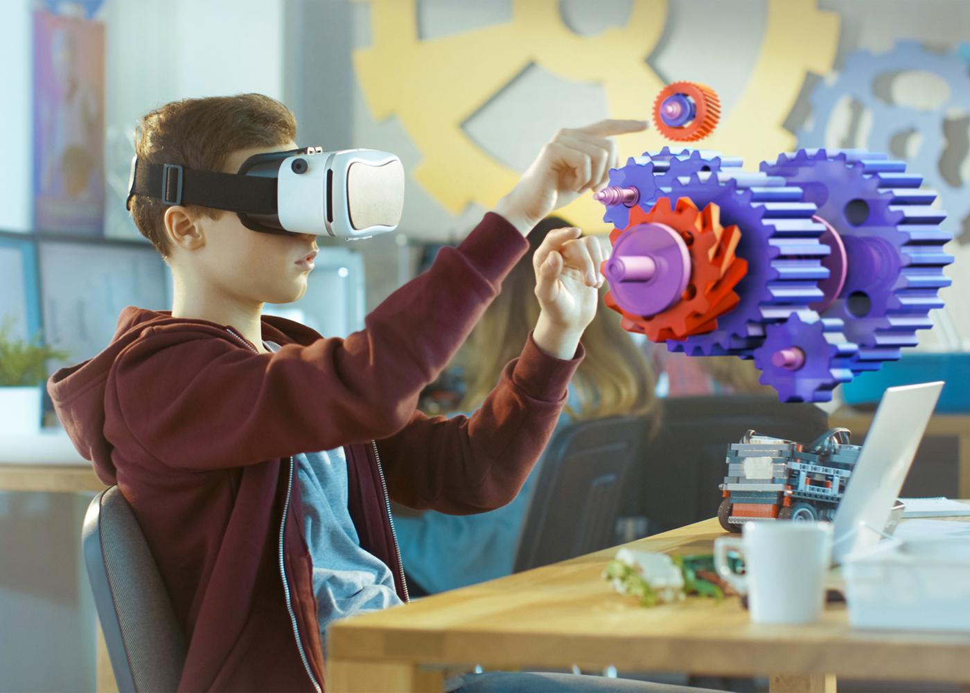 jovem experiencia realidade aumentada