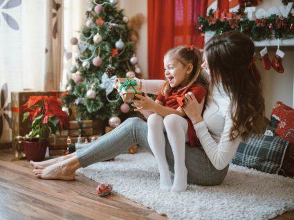 Mãe e filha com looks para as festas de natal