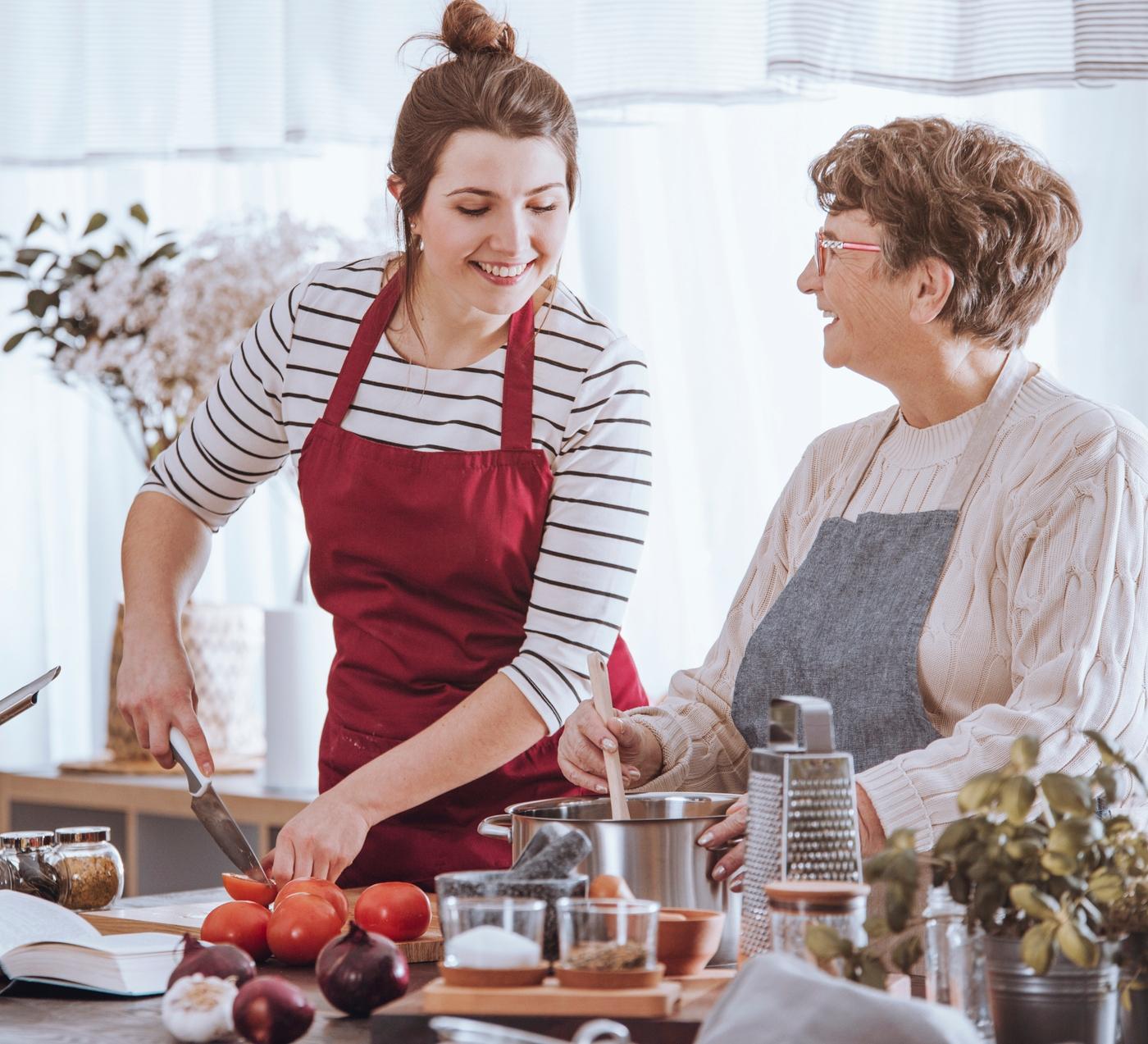 duas mulheres cozinham juntas