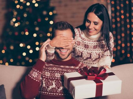 Namorado a receber presente de Natal