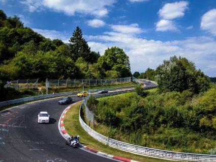 carros a competir num circuito