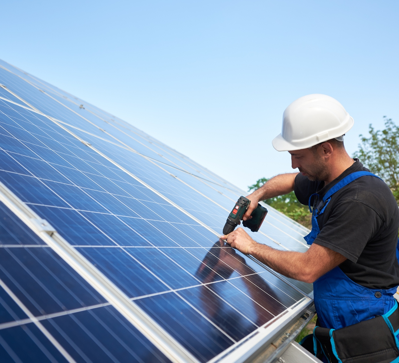 técnico instala painel solar