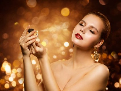 Mulher a experimentar perfumes baratos