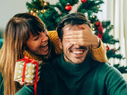 mulher dá prenda de Natal a rapaz