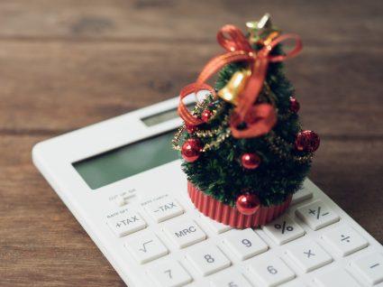 pinheiro de natal sobre uma calculadora