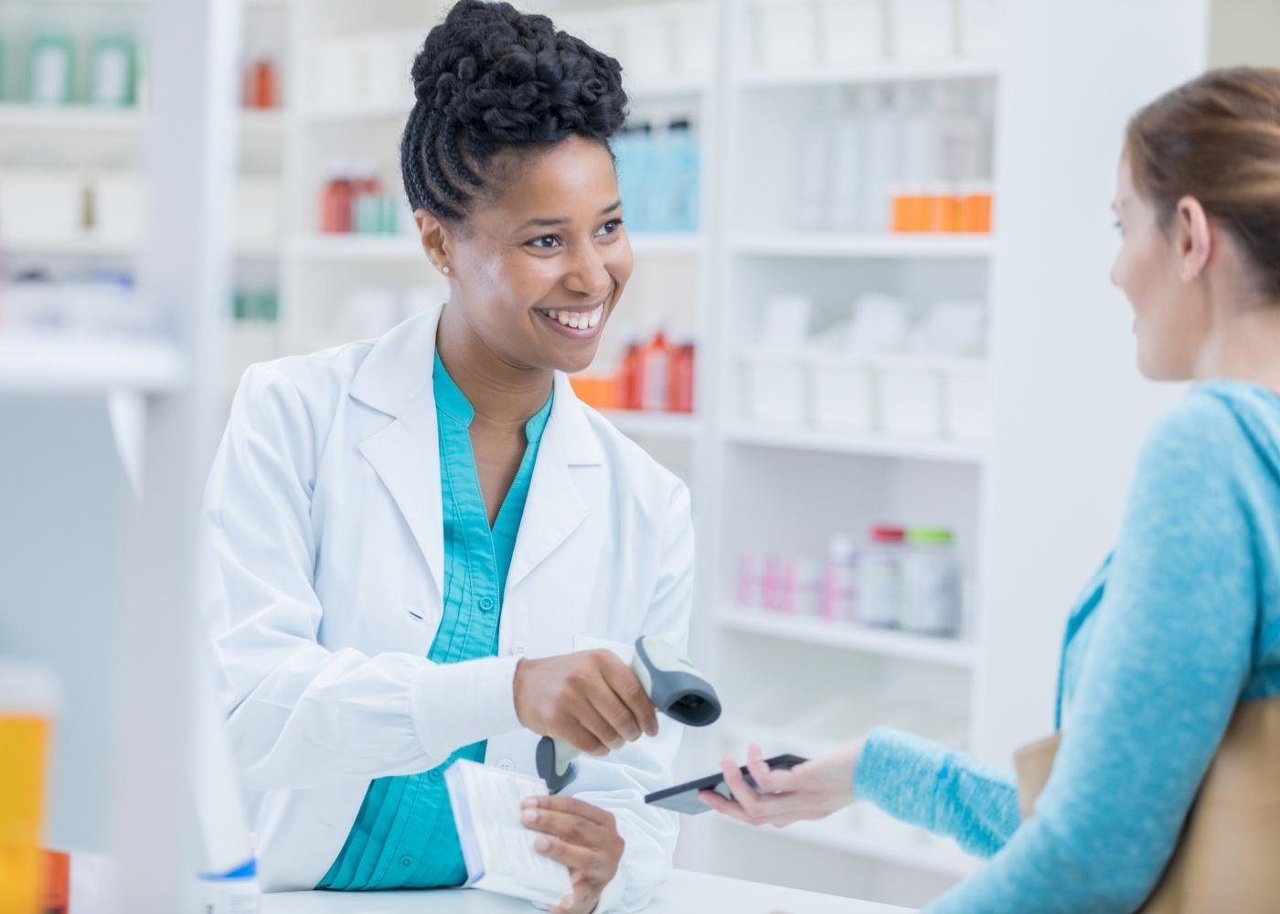 farmaceutica a ler receitas médicas no telemóvel