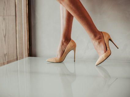 Mulher com saltos altos