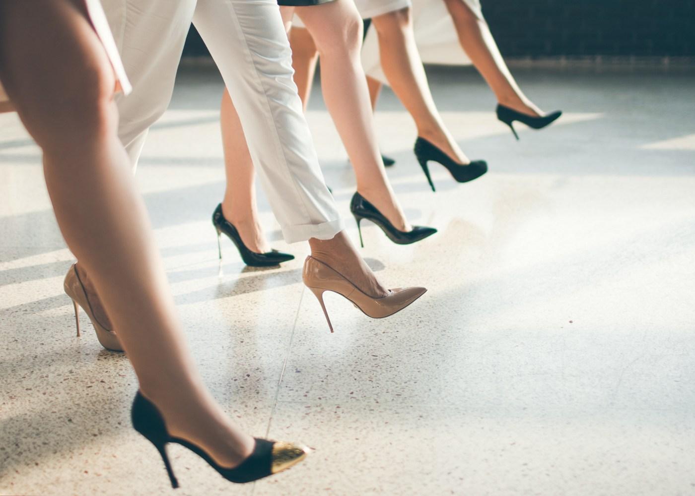 Mulheres de saltos altos