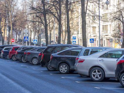 diferentes segmentos carros estacionados