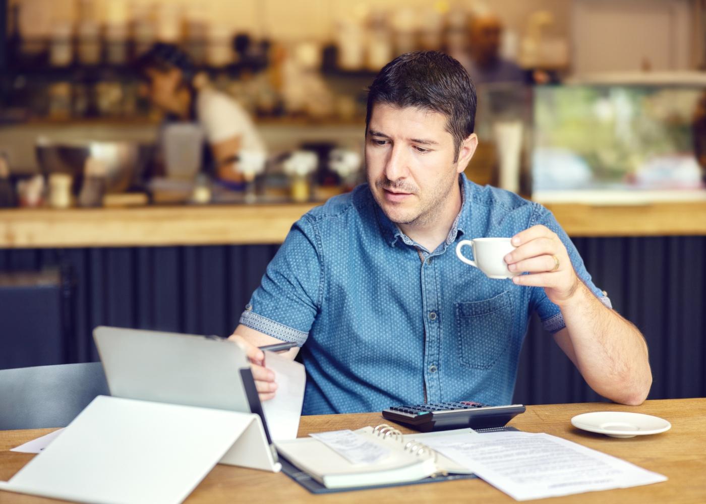 trabalhador independente a trabalhar num café
