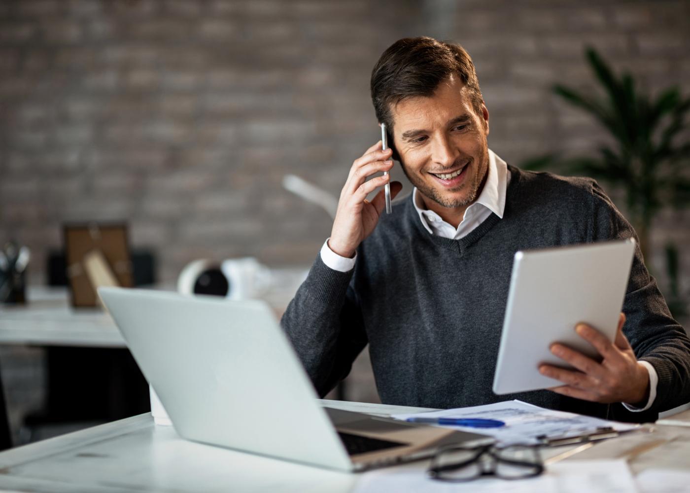 trabalhador independente ao telefone e computador