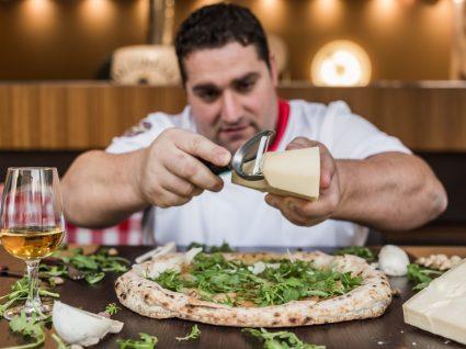 Antonio Mezzero a preparar uma pizza