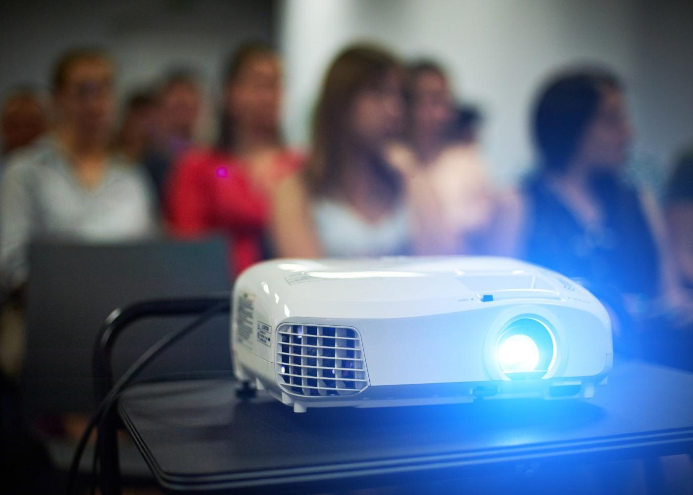 projetor em sala de aula ligado